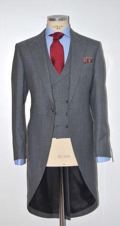 Chaqué gris claro con complementos en rojo Morning Coat, Morning Suits, Morning Dress, Men Formal, Formal Wear, Bespoke Tailoring, Cutaway, Jacket Style, Wedding Suits