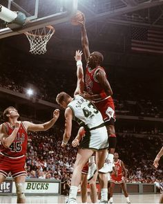 Jack Sikma - Milwaukee Bucks and Michael Jordan Michael Jordan Basketball, Mike Jordan, Michael Jordan Photos, Jordan Bulls, Basketball Pictures, Love And Basketball, Sports Basketball, Sports Pictures, Basketball Players