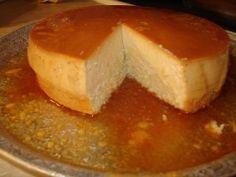 Biscocho flaneado Rinde para 8-10  2 cajitas d flan d vainilla 1 ponqué (biscocho pound cake puede compralo Sara Lee) Leche evaporada 1. Rebana ponqué y cubre el fondo d un molde redondo de 9  2. Prepara el flan sig las instrucciones pero agregando leche evaporada Deja q el flan enfríe un poco, pero no lo dejes cuajar. 3. Cubre el ponqué con el flan y pon el molde en el refrigerador hasta que el flan cuaje totalmente 4. Desmolda en un plato de servir. Rebena y sirve frío.
