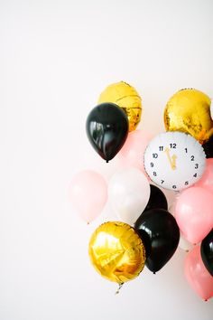 DIY clock balloons for New Year's Eve. Loving the combination of gold, pink and black! Christmas And New Year, Winter Christmas, Christmas Time, Christmas Stuff, Xmas, Kids New Years Eve, New Years Eve Party, New Year's Eve Celebrations, New Year Celebration