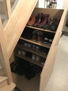 Discover recipes, home ideas, style inspiration and other ideas to try. Small Space Staircase, Staircase Storage, Stair Storage, Staircase Design, Home Decor Furniture, Home Decor Bedroom, Small Loft Apartments, Small Room Design, Hamptons House
