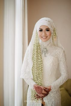 Pernikahan adat Sunda dengan Sentuhan Hijau - owlsome of Muslim Wedding Gown, Kebaya Wedding, Muslimah Wedding Dress, Muslim Wedding Dresses, Wedding Dress With Veil, Hijab Bride, Muslim Brides, Muslim Dress, Best Wedding Dresses
