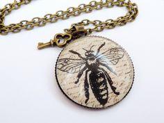 Die erste Kette einer Sammlung von Halsketten im angesagten Vintage-Stil.  Mit diesem ungewöhnlichen Motiv fallt Ihr garantiert auf!  Die Kette besteh
