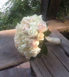 #ανθοδεσμη γαμου με τριανταφυλλα εκρου σομων