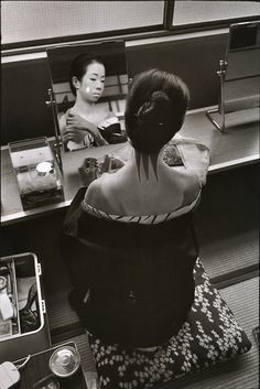 Photo by Martine Franck - Dressing and make-up room in a rehearsal theatre for geishas. Gion district, Kyoto, Japan, 1978. S)