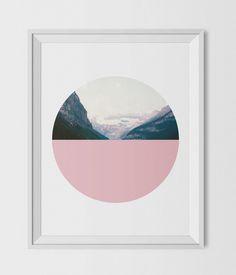 Modernen kreisförmigen geometrischen Drucken in Pastell rosa mit einem fotografischen Bild von einer bergigen Landschaft.  BITTE BEACHTEN: Sie kaufen