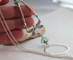 Hermosa primavera plata libélula lazo collar de la lente usa maravillosamente incluso sin las gafas. Un círculo martillado plateado, hermosa Aqua Picasso
