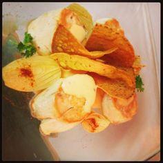 Cilindros de pollo con cebolla, almogrote y nachos