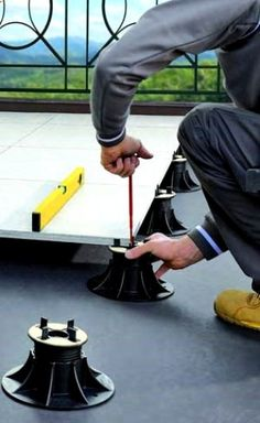 Adjustable Height Pedestals for Perfectly Level Elevated Rooftop Decks Rooftop Terrace, Building A Deck, Flat Roof, Building Materials, Architecture Details, Exterior Design, House Design, Flooring, Rooftops
