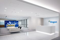 Steven Leach Group has designed the new offices of Biogen located in Tokyo, Japan. Tokyo's Nihonbashi district, a key business area within central Tokyo, Reception Desk Design, Office Reception, Modular Lounges, Modular Sofa, Office Interior Design, Office Interiors, Japan Interior, Cove Lighting, Waiting Area