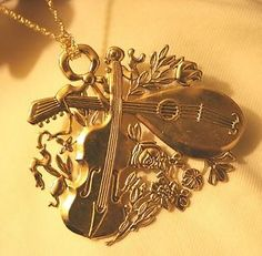 Lovely-Shiny-Holiday-Christmas-Violin-amp-Lute-Flowers-Goldtone-Brooch-Necklace