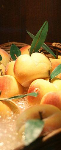 #FruttaMartorana op Sicilie Het waren de Etrusken die voor het eerst zoetigheid van marsepein maakten. Het recept dat vandaag de dag wordt gebruikt stamt uit de 13e Eeuw.