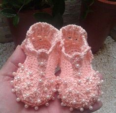 Crochet Baby Booties Slippers for Spring and Crib Walkers, Easy Quick Crochet Gifts for Baby girl and boy Crochet Baby Boots, Crochet Baby Sandals, Booties Crochet, Crochet Baby Clothes, Crochet Shoes, Crochet Slippers, Love Crochet, Baby Booties, Knit Crochet