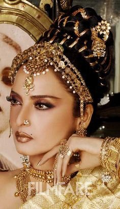 Rekha known as Ice Queen, she was a true trend setter, Noted for her versatility and acknowledged as one of the finest actresses in Hindi cinema (wiki), her entry to Bollywood was very controversial in a movie called njana Safar in 1969 Bollywood Celebrities, Bollywood Fashion, Bollywood Actress, Bollywood Hair, Rekha Actress, Bollywood Makeup, Bollywood Stars, Vintage Bollywood, Head Jewelry
