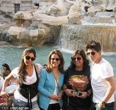 Shah Rukh Khan, Kareena Kapoor Khan, Malaika Arora Khan's unseen exotic vacation pics - daily.bhaskar.com  SRK, Gauri & friends in Europe for Gauri's 39th birthday