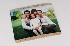 Puzzle photo avec bâtonnets en bois - Activités enfantines - 10 Doigts Puzzle Photo, Puzzles, Polaroid Film, Invitations, Diy, Bracelets, Family Games, Pictures, Teen Diy
