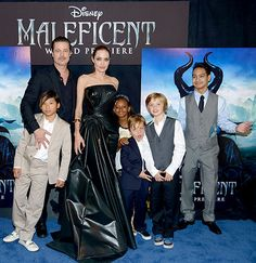 Brad Pitt and Angelina Jolie posed on their red carpet with their children Pax, Zahara, Knox, Shiloh, and Maddox