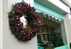 お洒落なリースが並ぶ素敵な花屋の風景。。。 : アートセラピストの英国紀行~ イングリッシュ・ガーデン&オールドローズ、そしてナショナル・トラスト