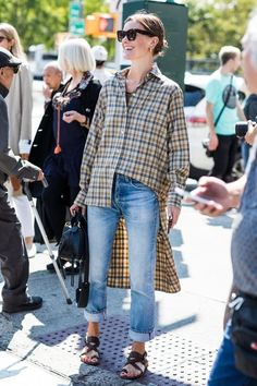 Street style at Spring/Summer 2018 New York Fashion Week Vogue New York Street Style, Daily Street Style, Look Street Style, Flannel Outfits, Cool Outfits, Summer Outfits, Denim Fashion, Trendy Fashion, Womens Fashion