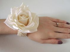 68 Ideas For Diy Wedding Corsage Mothers Flower Tutorial Wedding Flower Inspiration, Diy Wedding Flowers, Wedding Crafts, Diy Flowers, Wedding Ideas, Wedding Stuff, Beer Wedding, Prom Flowers, Peacock Wedding