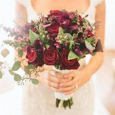Rosas rojas no chillantes. se ve muy bonito este tipo de arreglo