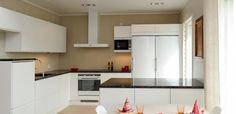 Keittiö asuntomessutalosta: vasemmalla seinustalla yläkaapit, takaseinä muuten tyhjä paitsi valkoinen liesituuletin Kitchen Cabinets, Table, Furniture, Home Decor, Kitchen Ideas, Decoration Home, Room Decor, Cabinets, Tables