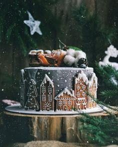 У нас в пятницу вечером новогоднее настроение А у вас? Начинка: шаколадный бисквит с фисташковым кремом и малиновым конфи, Торт покрыт крем-чиз, имбирными пряниками, мандаринками и ягодами. Автор instagram.com/zarik_mr_tort #toprussiancakes #russiancakes