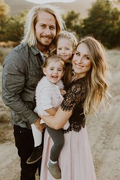 modern family photos / Maternity Photos ~ family photos what to wear Family Portrait Poses, Family Picture Poses, Family Picture Outfits, Family Photo Sessions, Family Posing, Posing Families, Family Photo Shoots, Family Photo Shoot Ideas, Fall Family Photo Outfits