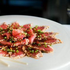 Atún sellado con ajonjolí y salsa tataki de eso se trata el Maguro Tataki. #Asianmarket #asianfood #asiancuisine #tataki by asianmarketrd