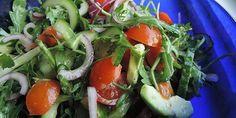 Frisk og fyldig salat med cremet avocado og sprød rucola. Salaten er utrolig nem at lave, og den samles med en dejlig simpel dressing.
