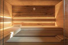 Sauna im Bad: Behaglich und wärmend | schwimmbad.de Diy Sauna, Infrarot Sauna, Sauna Room, Pool Indoor, Indoor Sauna, Indoor Swimming, Sauna Lights, Scandinavia House, Deco Spa