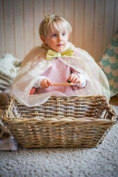 Jungs verkleiden sich als Feuerwehrmann, als Löwe oder als Prinzessin. Ein paar Gedanken zum Thema Gender Erziehung und unser Prinzessin Kostüm gibt es heute auf dem Blog | Ichsowirso.de Girls Dresses, Flower Girl Dresses, Wicker Baskets, Gender, Blog, Wedding Dresses, Fashion, Hot Pink Bedding, Princess Dress Up