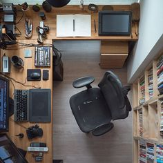 Best Ergonomic Office Chair for Long Hours of Sitting Computer Home Office Desk Setup - SetUps - Looking for the best ergonomic office chairs to complete your home office interior design while wor - Home Office Setup, Desk Setup, Home Office Space, Room Setup, Home Office Desks, Office Chairs, Office Workspace, Cozy Office, Gaming Setup