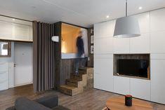 De meest gebruikte ruimtebesparende truc in een tiny house is het opgetilde bed met meestal daaronder kastruimte. Zo ook in dit Moskouse appartement van 35 m2 dat door Studio Bazi slim is ingericht.