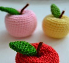 Elma en sevdiğim örgü objelerden biridir.Yedi sene önce amigurumi örmeye başladığımda ,yaptığım ilk oyuncak elmaydı,sanırım o yüzden beni...