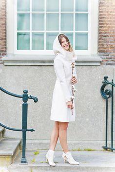 noni noni Brautkleider 2015 | Mantel für die Braut zur Winterhochzeit passend zum Brautkleid in elfenbein mit großer Kapuze (www.noni-mode.de - Foto: Le Hai Linh)