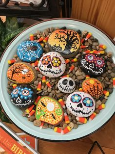Yeah, mega cool idea for Halloween Paint stones with creepy motifs H . - Modern - Yeah mega cool idea for Halloween Paint stones with creepy motifs H - Theme Halloween, Halloween Rocks, Halloween Tags, Diy Halloween Decorations, Scary Halloween, Fall Halloween, Halloween Crafts, Halloween Painting, Rock Painting Patterns