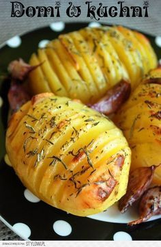 ZIEMNIAKI PIECZONE Z CZOSNKIEM, ROZMARYNEM I TYMIANKIE… na Stylowi.pl Vegetarian Recipes, Cooking Recipes, Healthy Recipes, Healthy Meals, Batata Potato, Good Food, Yummy Food, Food Tags, Polish Recipes