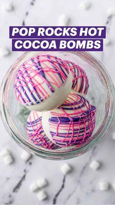 Strawberry Drinks, Strawberry Milk, Chocolate World, Chocolate Bomb, Yummy Treats, Sweet Treats, Hot Cocoa Recipe, Diy Food Gifts, Hot Cocoa Bar