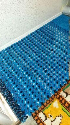 Shower pedestal rug made from scrap wool