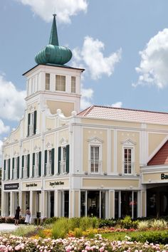 Save the date: Late Night Shopping im McArthurGlen Designer Outlet Parndorf am August 2015 - justDELUXE. Save The Date, Designer, Mansions, Night, House Styles, Travelling, Shopping, Sport, Home Decor