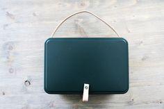 Upcycling Idee: so bastelt ihr aus einer leeren Keksdose schnell und einfach eine schicke grüne Teebox mit coolen Details aus Leder!