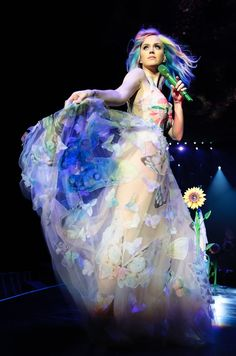 Katy Perry wears a custom Valentino Haute Couture dress and cape on her 'Prismatic World Tour in Belfast, Ireland on May The dress is a tulle gown with butte… Katy Perry Kostüm, Katy Perry Fotos, Russell Brand, Demi Lovato, Disfraz Katy Perry, Selena Gomez, Rihanna, Divas Pop, Prismatic World Tour