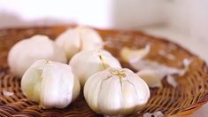 How to Store Fresh Garlic. Garlic is considered to be an herb, but it is actually a strongly flavored bulb closely related to an onion. It is used in a variety of ways in cooking and sometimes for medicinal purposes. Fresh garlic bulbs can. Raw Garlic, Garlic Head, Garlic Bulb, Fresh Garlic, Fresh Herbs, Preserving Garlic, Clostridium Botulinum, Garlic Storage, How To Store Garlic