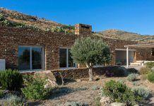 Δείτε την κατοικία στην Ιο που συνδυάζει το κλασικό με το μοντέρνο (ΦΩΤΟ) Greece, Pergola, Outdoor Structures, Country, Google Search, Greece Country, Rural Area, Outdoor Pergola, Country Music