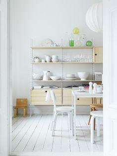 Stringfurniture is een prachtig systeem uit Zweden waarmee je een wand omtovert in een prachtige opbergplek.