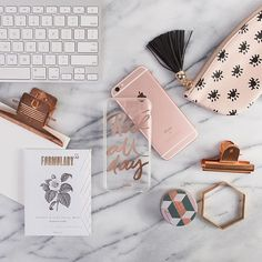 // i love this flatlay Holiday Gift Guide, Holiday Gifts, Photo Pour Instagram, Fall Inspiration, Accessoires Iphone, Flat Lay Photography, Rose Gold, Flatlay Styling, Jolie Photo