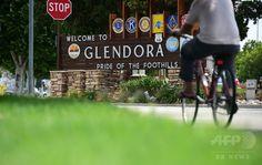 干害に悩まされる米カリフォルニア(California)州ロサンゼルス(Los Angeles)東部のグレンドラ(Glendora)で、自転車で住宅街を走る男性(2014年7月29日撮影)。(c)AFP/Frederic J. BROWN ▼31Jul2014AFP|干害続く米加州、水利用に関する罰金で市民混乱 http://www.afpbb.com/articles/-/3021994