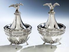 Höhe: ca. 16 cm. Gewicht: 773 g. Bodenseitig vierfach punziert. Italien, 18. Jahrhundert. Silber, getrieben, gegossen, ziseliert. Über drei Bocksbeinen...