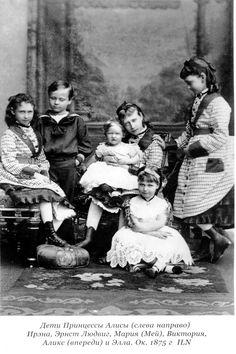 As crianças Hesse, em 1875 a partir da esquerda: Princesa Irene de Hesse, Grão-duque Hereditário Ernesto Luis de Hesse, Princesa Victoria de Hesse em seu colo a bebê Princesa Marie de Hesse, sentada no chão a Princesa Alix de Hesse e em pé Princesa Elizabeth de Hesse.